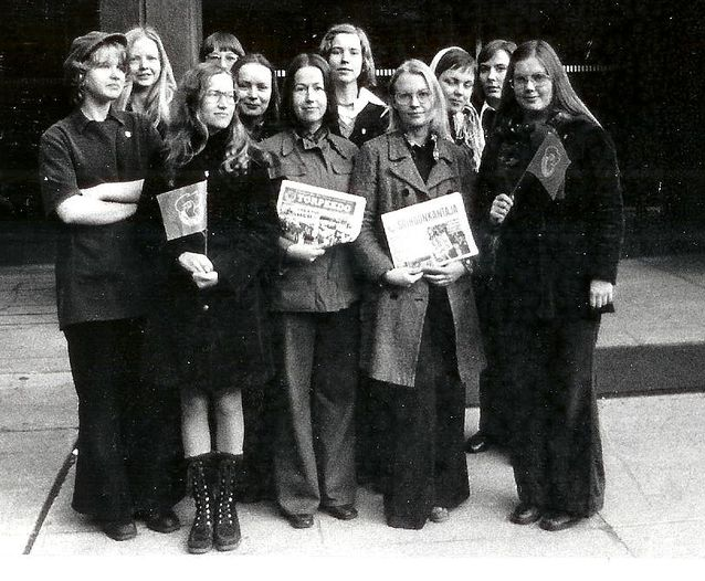 Akateemisen Sosialistiseuran kielten osaston ehdokkaat HYY:n vaaleissa 70-luvun alussa. Kersti Juva takana keskellä.