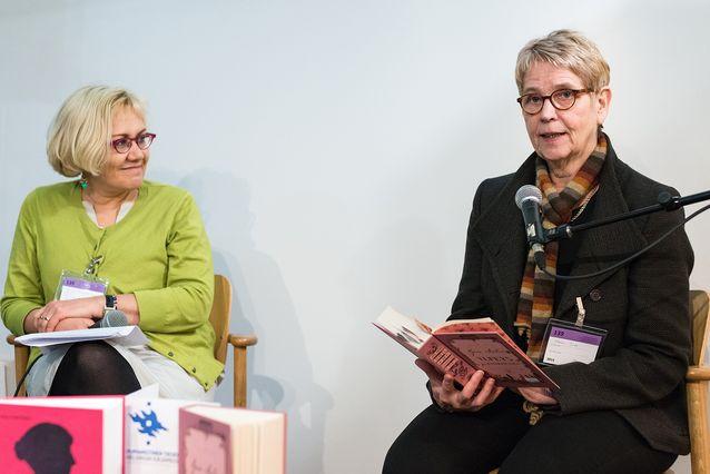 Kirjamessuilla humanistisen tiedekunnan ständillä yhdessä professori Heta Pyrhösen kanssa 2014.