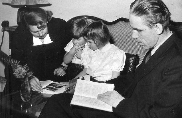 Perhe lukee. Riitta, Simo, Kersti ja Mikko Juva kirjojen ääressä vuonna 1952.