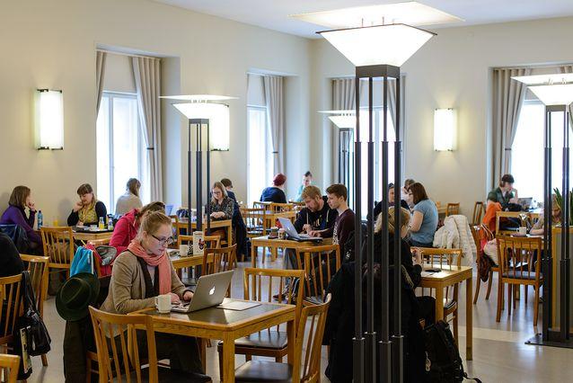 Helsingin yliopiston päärakennuksen kahvilan miljöö huhtikuussa 2015. Kuva: Mika Federley.