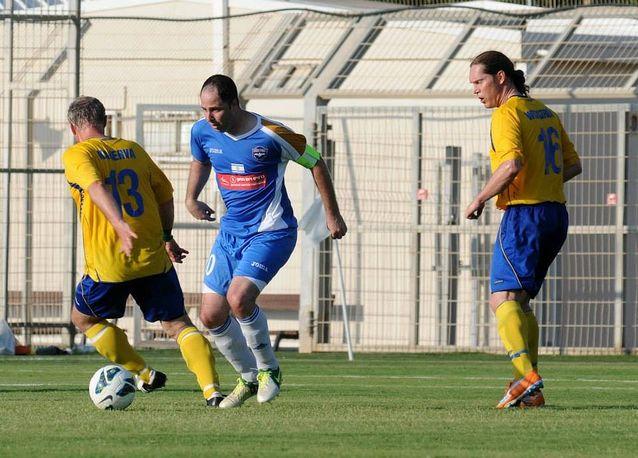 Israelin ja Ruotsin kirjailijoiden välinen jalkapallo-ottelu Haifassa kesäkuussa 2013. Juha Kanerva yrittää viedä pallon isäntäjoukkueen kapteenilta Roi Shanilta.