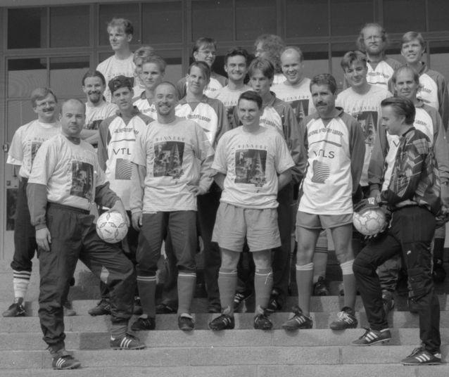 Urheilukirjaston jalkapallojoukkue yhdessä Kuopion varastokirjaston joukkueen kanssa.