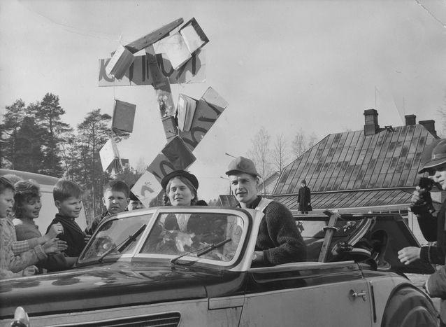 """Kohti akateemista maailmaa. Riitta ja Toivo Uosukainen Imatran yhteislyseon penkinpainajaisissa 1961.""""Koulupuu lähti kaatopaikalle."""""""