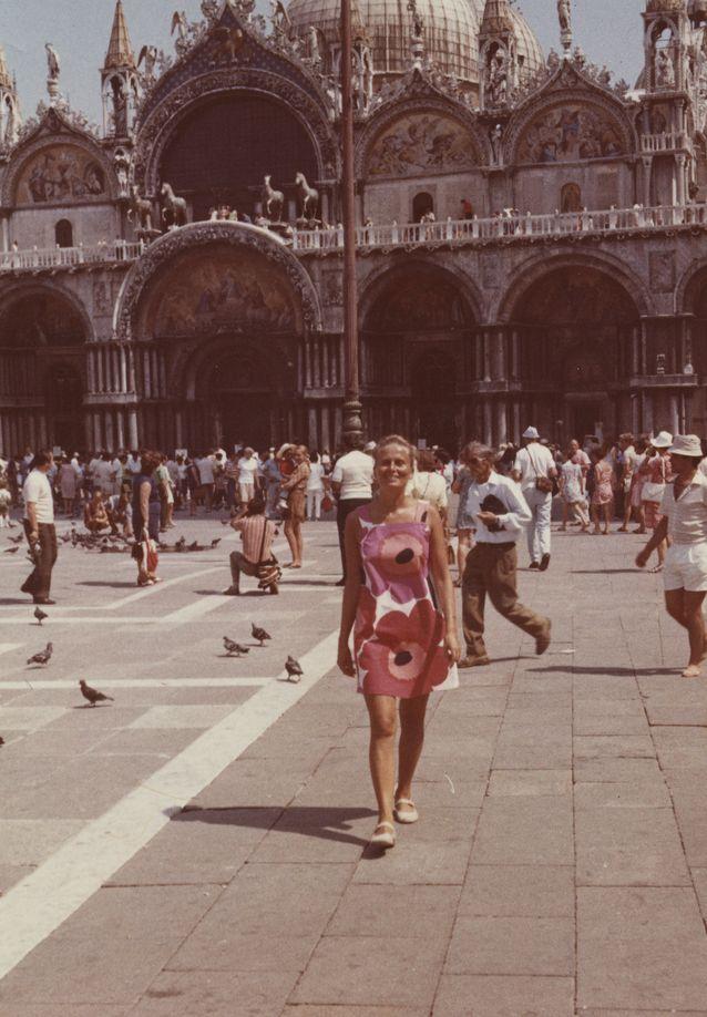 Vastaleivottu lisensiaatti Riitta Uosukainen Pyhän Markuksen torilla Venetsiassa 1970.