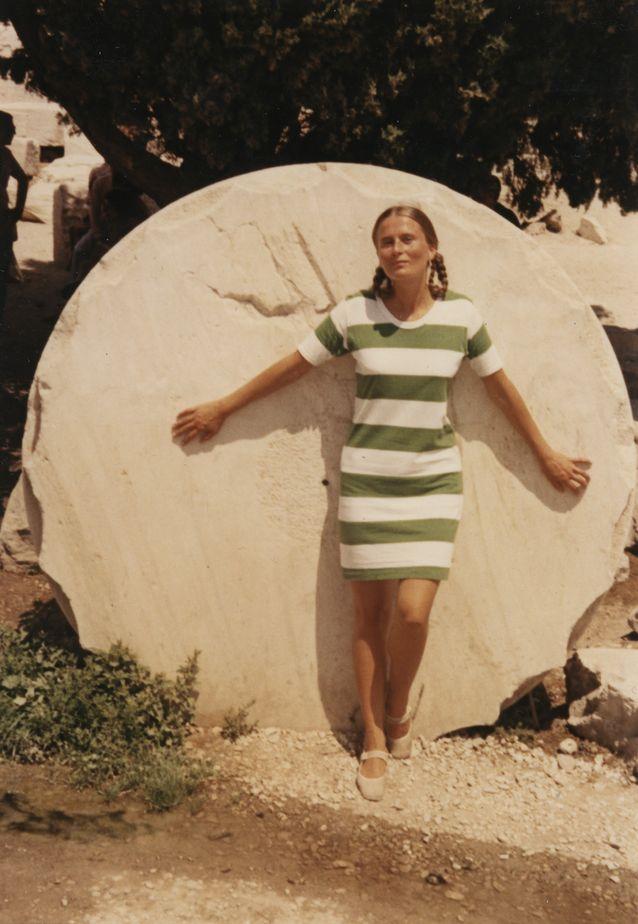 Riitta Uosukainen Ateenan Akropoliilla 1971, vuosi lisensiaatiksi valmistumisensa jälkeen.