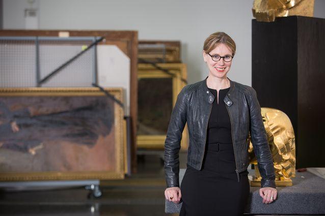 Susanna Pettersson työympäristössään Ateneumissa. Kuva: Yehia Eweis