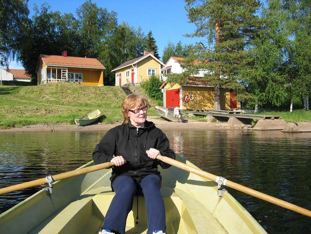 Pirkko Nuolijärvi soutamassa Mekrijärvi kesällä 2005. Kuva: Liisa Tiittula.