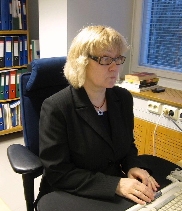 Pirkko Nuolijärvi Vuorikadulla Kotuksessa työpöydän ääressä 2009. Kuva: Sirkka Rautoja.