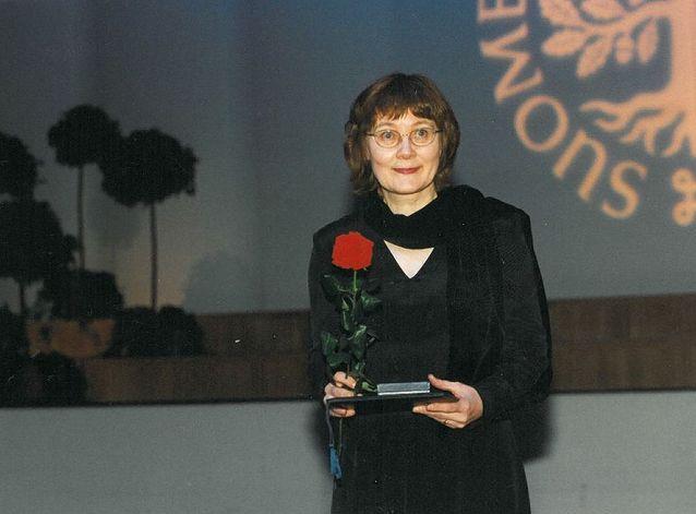 Pirkko Nuolijärvi Suomen Kulttuurirahaston palkinnon saajana Finlandia-talossa 2000.