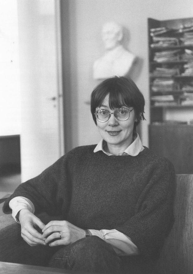 Pirkko Nuolijärvi toimittajan haastateltavana yliopiston lehtisalissa 1986.