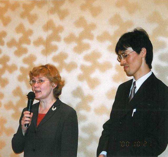 Pirkko Nuolijärvi vierailuluennoimassa Tokion yliopistossa 2000.