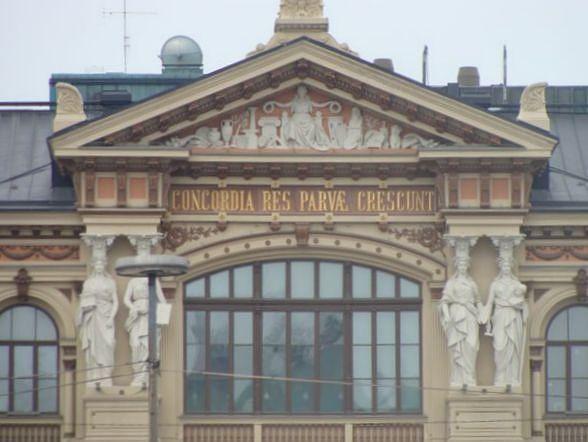 """Carl Gustaf Estlanderin tunnuslause """"Concordia res parvae crescunt"""" paraatipaikalla Ateneumin julkisivulla. Kuva: WikimediaCommons / """"Paasikivi""""."""