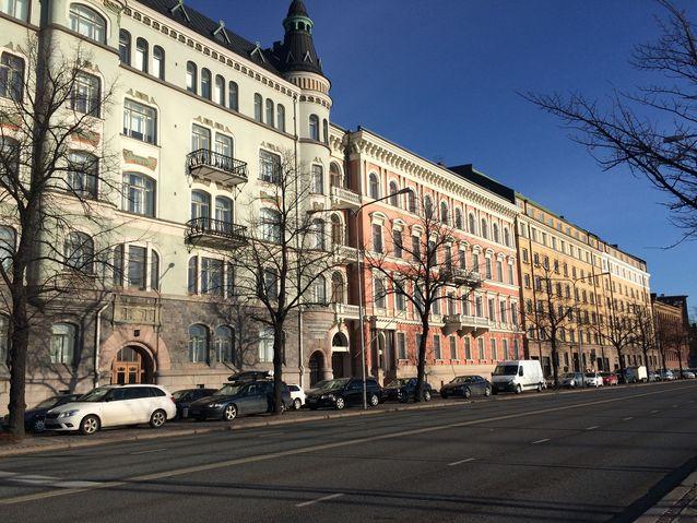 Kuvassa keskellä Otto Donnerin rakennuttama vaaleanpunainen Pohjoisranta 12. Kuva: Riitta-Ilona Hurmerinta.