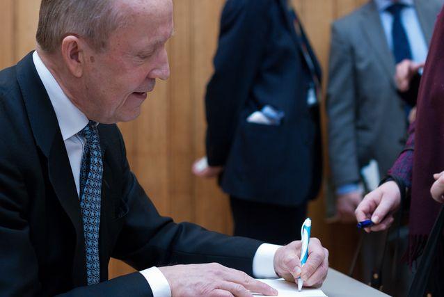 Eero Tarasti signeeraa kirjaansa.