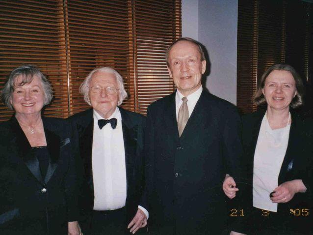 Eero ja Eila Tarasti Richard Wagnerin pojanpojan Wolfgang Wagnerin ja hänen puolisonsa kanssa katsomassa Parsifalia Suomen Kansallisoopperassa.