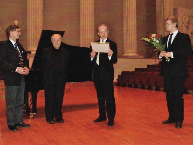Charles Rosen is awarded the Pacius Prize in 2007. (from left) Professor Jukka Meurman, Charles Rosen, Eero Tarasti and secretary of HYMS, Lauri Pokkinen.