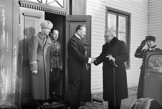 På bilden J.K. Paasikivi i Brunnsparken på besök hos Finlands marsalk Mannerheim, som avgått som president. Helsingfors 11.3.1946 Foto: Finlands fotografiska museum.