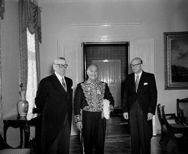 På bilden republikens president J.K. Paasikivi, Irans ambassadör Fazlollah Nabil och utrikesministern Urho Kekkonen på en festlig audiens där ambassadören överlämnade sitt kreditbrev. Helsingfors 16.9.1954 Foto: Finlands fotografiska museum.