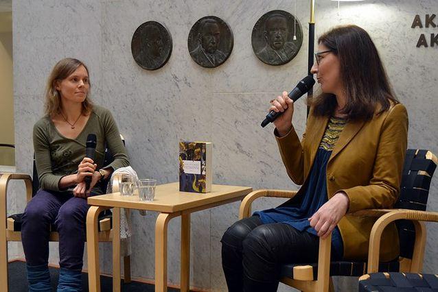 Anni Kytömäki ja Anna Baijars Akateemisessa kirjakaupassa. Kuva: Hanna Pudas.