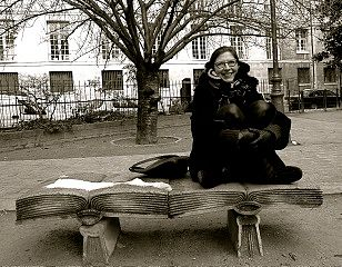 Anna Baijars kirjan päällä Pariisissa. Kuva: Raoul Björkenheim.