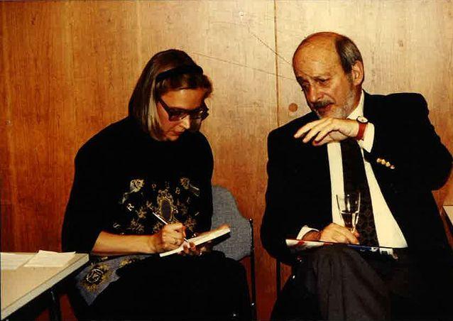 Kulttuuritoimittaja työssään eli haastattelemassa yhdysvaltalaista kirjailijaa E. L. Doctorowia Frankfurtin kirjamessuilla 1990-luvun alussa. Kuva: Touko Siltala.