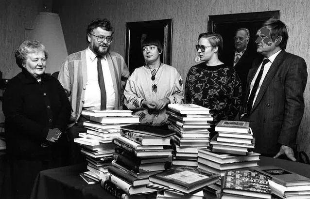 Finlandia-palkinnon vuoden 1985 esiraati työnsä ääressä: Eila Pennanen (vas.), Ingmar Svedberg, Maila-Katriina Tuominen-Vakkari, Suvi Ahola ja Hannes Sihvo. Kuva: Suomen Kirjasäätiö.