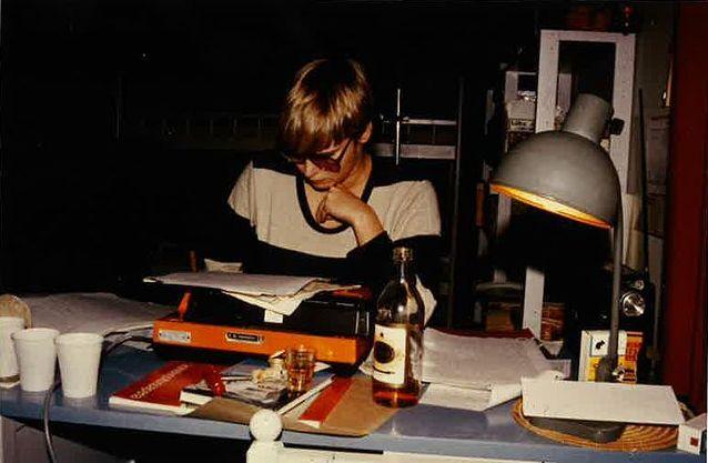 Suvi Ahola valmistelee kirja-analyysia Jorma Korpelan Tohtori Finckelmanista Irja Ranen praktikumiin. Kirjoituspaikkana on laukaalainen kesämökki ja ajankohtana syksy 1981. Kuvaaja: Timo Halonen.