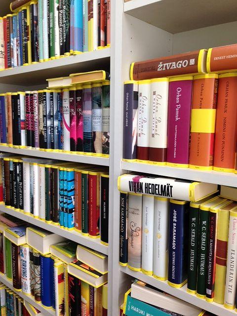 Tammen julkaisemaa Keltainen kirjasto -kirjasarjaa Päivi Koivisto-Alangon kirjahyllyssä. Kuva: Päivi Koivisto-Alanko.