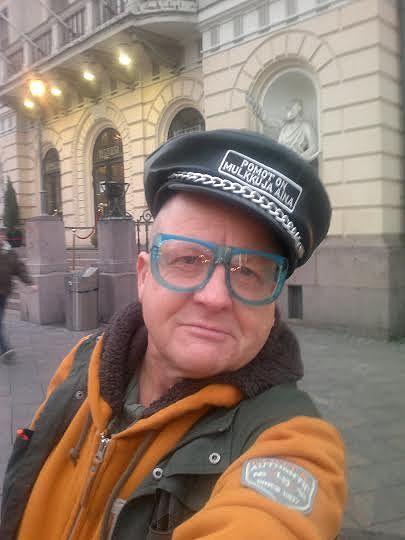"""Timo Eränkö pitää provosoimisesta. Kuvassa Eränkö Puujumalat-yhtyeen """"Pomot on mulkkuja aina"""" -aiheisessa hatussa. Kuva: Timo Eränkö."""