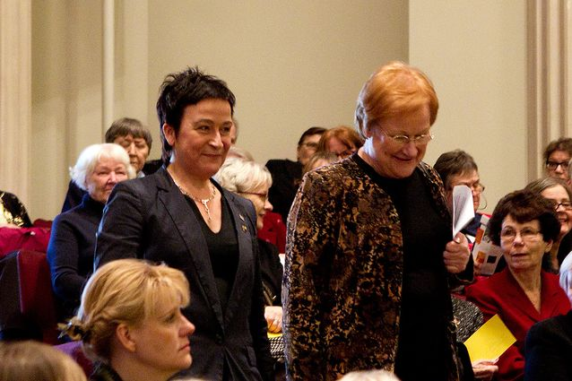 Ulla-Maija Forsberg ja presidentti Tarja Halonen Naistenpäivän juhlatilaisuudessa 2012. Kuva: Linda Tammisto.