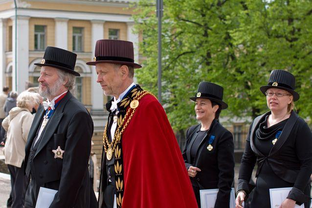 Ulla-Maija Forsberg promootiokulkueessa vuonna 2010. Etualalla kansleri Ilkka Niiniluoto ja rehtori Thomas Wilhemsson.