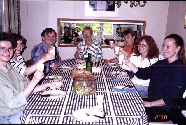 Tutkimusryhmän jäseniä ja amerikkalainen tutkijavieras Charles Goodwin Auli Hakulisen kotona 1980-luvulla (Aulin kotialbumi).