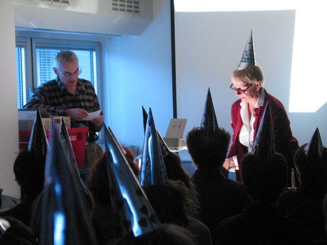 Esitelmä Hysterical Linguistics -konferenssissa eli laitoksen tutkijatilojen tupaantuliaiset 2004. Mukana kuvassa professori Pentti Leino. Kuva: Arja Lehtonen