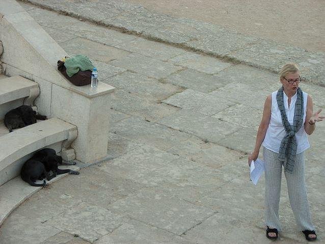 Auli ja kuulijat Rodoksen amfiteatterissa.