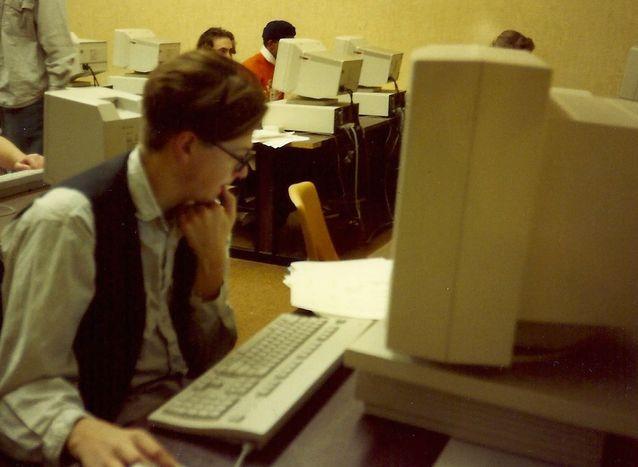 Janne Halmkrona pähkäilee ohjelmoinnin parissa University of the Pacificissa vuonna 1991.
