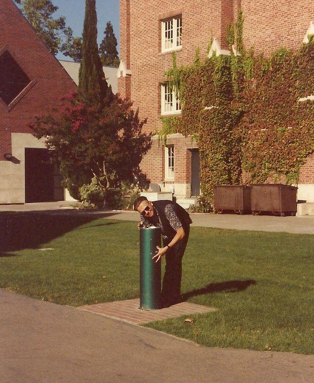 Janne Halmkrona sammuttaa janoaan kampuksen vesiautomaatilla University of the Pacificissa vuonna 1991.