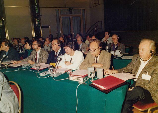 Teoston ja Sanaston edustajia tekijänoikeuskongressssa Buenos Airesissa vuonna 1988. Vasemmalta Henrik-Otto Donner, Ulla Schackleton, Ukri Merikanto, Joonas Kokkonen, Mikko Heiniö, Pekka Kallio ja Aulis Sallinen. Kuva: Mikko Heiniön yksityisarkisto.
