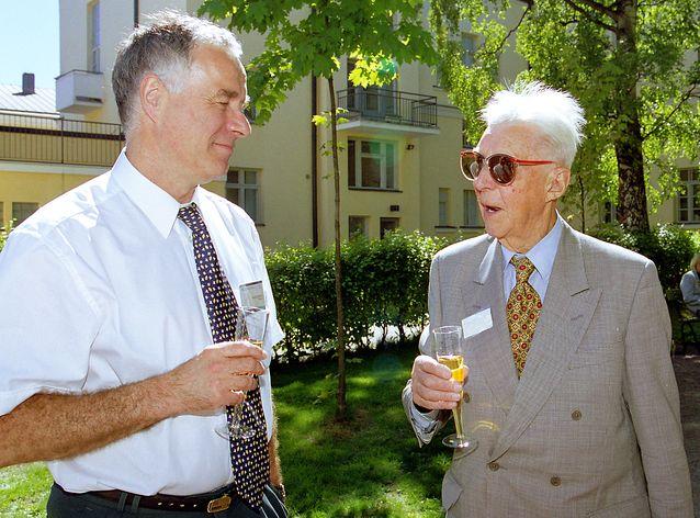 Fred Karlsson ja Eino Jutikkala humanistisen tiedekunnan Alumni- ja yritysyhteistyöjuhlassa 2002. Kuva Eero Roine, HY.