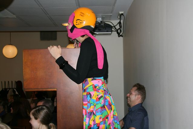 Lukukauden avajaistilaisuus vuonna 2008: opiskelijoiden erikoisjoukot ovat kaapanneet laitosjohtajan. Kuva: Arja Lehtonen