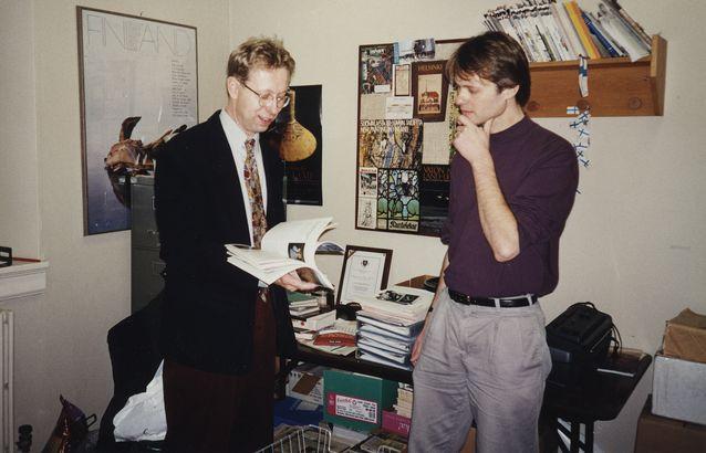 Jyrki Kalliokoski ja Tom Dubois neuvottelemassa suomen kielen opetuksesta Washingtonin yliopistossa (Seattle) vuonna 1995. Kuva: Anna-Maija Raanamo