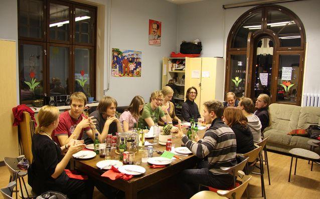 Rainer Knapas, ainejärjestö Historicus rf:n kunniajäsen, kertoi Historicus-aktiiveille järjestön historiasta syksyllä 2010. Knapas osallistui myös opiskelijoiden kanssa akateemiseen kolmen ruokalajin illalliseen esitelmän jälkeen. Kuva: Camilla Kaila.