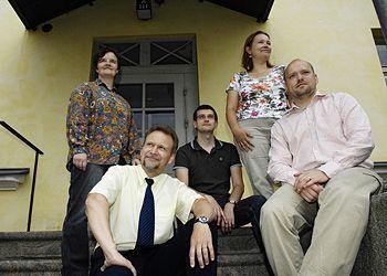Kuvassa Renvall-instituutin henkilökuntaa vuonna 2007. Lars-Folke Landgrén edessä vasemmalla. Kuvaaja: Veikko Somerpuro.