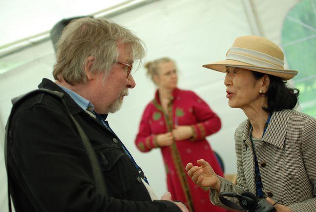 Keskustelemassa japanilaisrunoilija Shizue Ogawan kanssa Lahden kirjailijakokouksessa Mukkulassa 2015. ©LIWRE 2015, Iija Eloranta