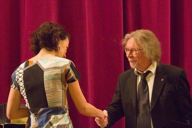 Juhani Lindholmille myönnettiin Mikael Agricola-palkinto Suomen kääntäjien ja tulkkien liiton 60-vuotisjuhlassa 11.4.2015. Palkintoa ojentamassa tasavallan presidentin puoliso Jenni Haukio.