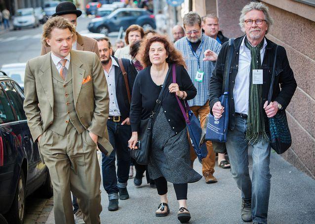 Johdattamassa kirjailijakokouksen vieraita ensimmäiselle vastaanotolle 2015. Edessä vasemmalta Joni Pyysalo, Anne Michaels, Juhani Lindholm. ©LIWRE 2015, Jari Laukkanen.