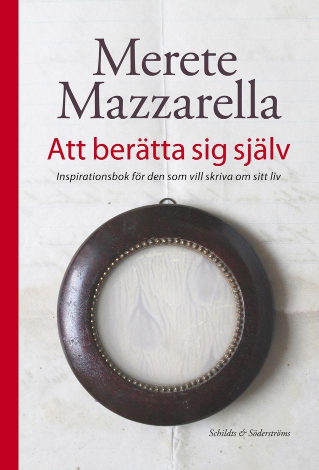 """Sen lisäksi, että on luennoinut omaelämäkerrallisesta kirjoittamisesta, Merete Mazzarella on kirjoittanut siitä. Hänen on kerännyt ajatuksensa omasta elämästä kertomiseen liittyen kirjaan """"Att berätta sig själv. Inspirationsbok för den som vill skriva om sitt liv"""" (2013, suom. Raija Rintamäki, """"Elämä sanoiksi"""", 2013) Kuva: Schildts & Söderströms."""