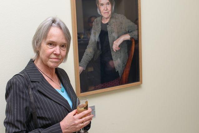 Vuodesta 2014 lähtien Nordican tiloissa Metsätalossa roikkuu emeritaprofessori Merete Mazzarellan muotokuva. Yllä olevassa kuvassa Mazzarella poseeraa muotokuvan kanssa sen paljastustilaisuudessa. Kuva: Mika Federley.