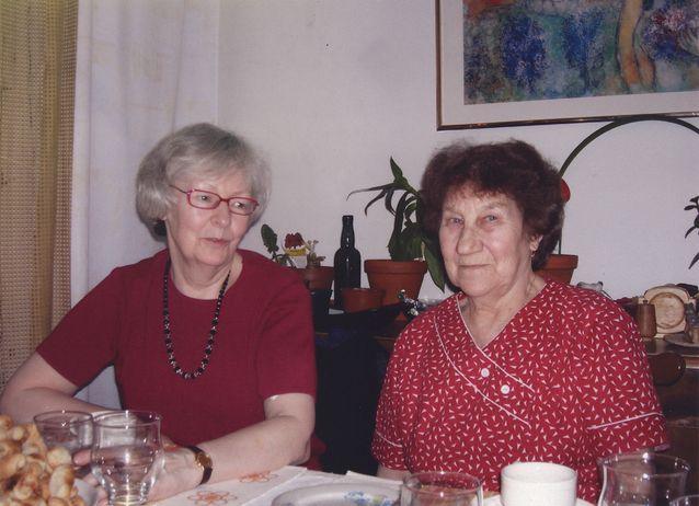 Itkuvirsitutkijat vapaalla Helsingissä 2000-luvun lopulla. Kuvassa Aili Nenolan kanssa A.S. Stepanova. Kuva: Eila Stepanova