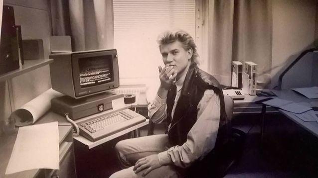 Kimmo Oksanen tuoreena Sanoma Osakeyhtiön henkilöstölehti Hesan toimittajana vuonna 1989. Kuva: Erkki Laitila.