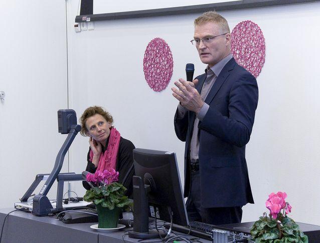 Jessica Parland-von Essen Soc & Komin mediaseminaarissa vuonna 2013 professori Henrik Meinanderin kanssa. Kuva: Thomas Silén, lisenssi: CC-BY-NC 2.0.